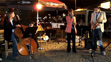 Big band mit life musik auf dem markt